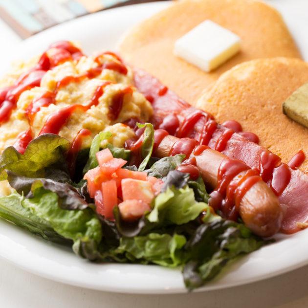 スクランブルエッグ&ベーコンのパンケーキ